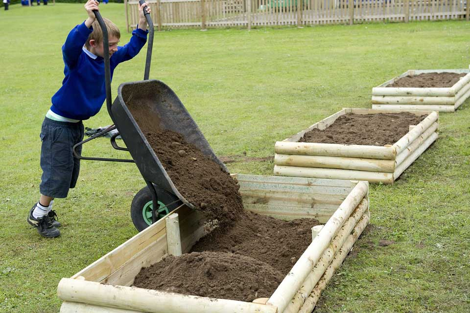 Top 28 How To Fill A Raised How To Build Fill Your Own Raised Garden Beds Sobeanie Hochbeet Richtig Bef 252 Llen Filling A Raised Bed Garden